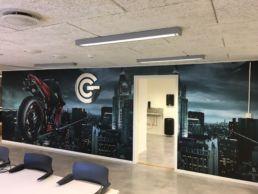 Helfoliert Pirelli vegg med bilder fra brosjyre og utfrest symbol med chrome folie i front, foto